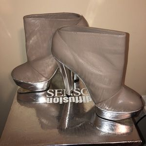 Senso Diffusion Pewter & Silver ankle booties.
